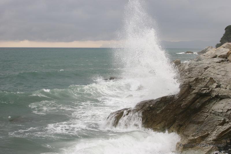 Mare impetuoso contro uno scoglio